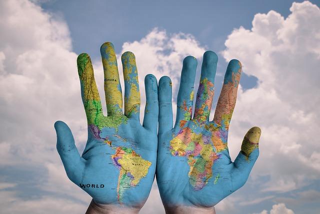 世界地図が描かれた手のひら