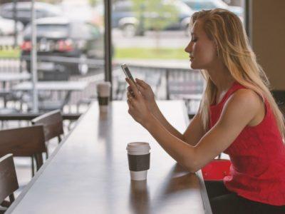 独り言英会話をカフェで試す女性