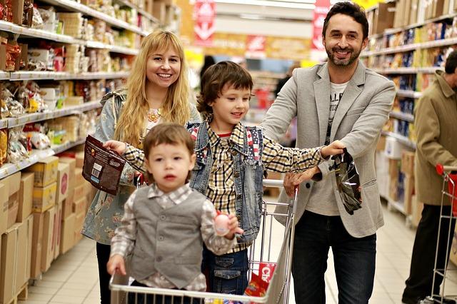 買い出しに行く家族