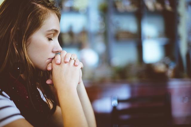 祈る気持ちの女性