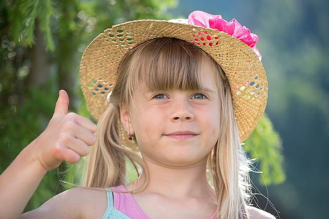 親指を立てる女の子