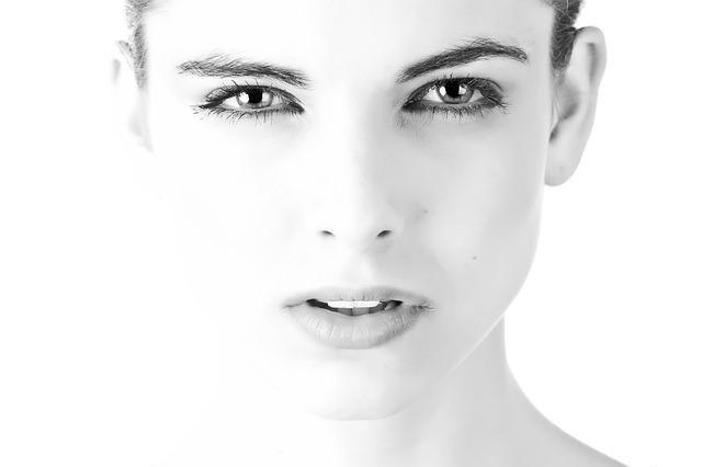 瞳が印象的な女性
