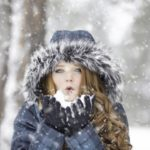 雪の中にいる女性