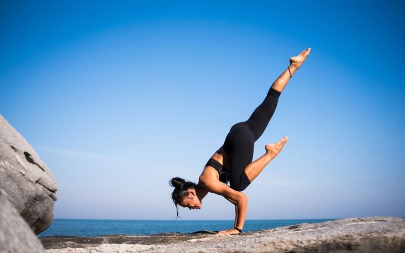 体を動かす女性