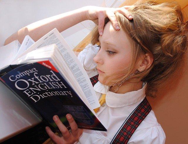 英語フレーズの勉強をする女の子